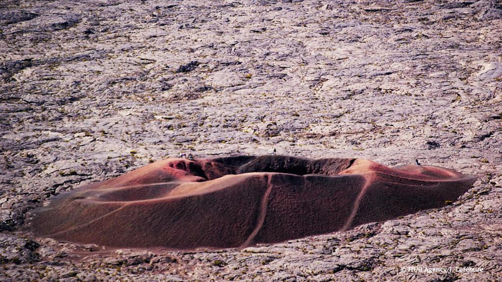 Formica Leo, petit cône volcanique adventif du piton de la Fournaise et l'équipe HUB