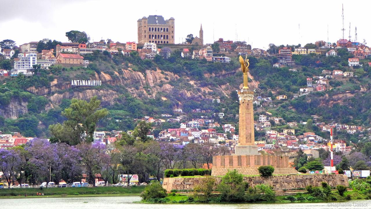 Antananarivo, le palais de la reine, le Lac d'Anosy et en son centre le monument aux soldats morts pour la France